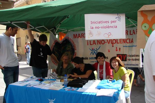 Paradeta d'Iniciatives per la No-Violència a la festa Les Corts Coopera 2010