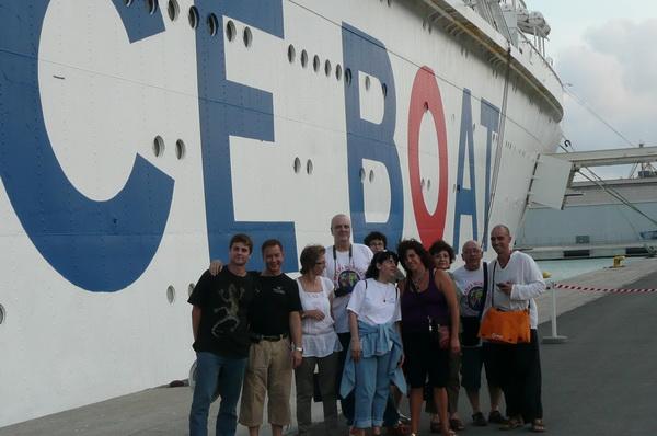 Membres d'Iniciatives i amics al costat del vaixell de Peace Boat